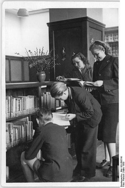 Jugendliche in der Satdtbücherei Rostock 1950